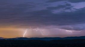 Orage puissant au-dessus des collines la nuit images stock