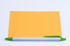 Orage wskaźnika pusty typ karta z zielonym piórem Obrazy Stock