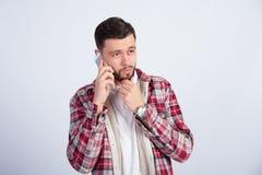 Orakad ung grabb som talar på telefonen Arkivfoto