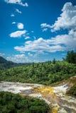 Orakei Korako地热公园&洞,喷泉在新西兰 免版税库存图片