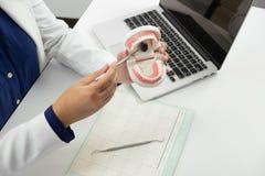 Orales der zahnmedizinischen Behandlung Zahnarzt-Dental-Überprüfung stockbild