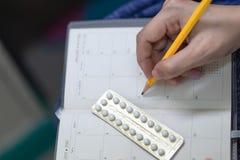 Oralnego antykoncepcyjny pil z kobiety ręką pisze rozkładzie, bąble kontrola urodzin pigułki obrazy royalty free