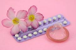 Oralny antykoncepcyjny na różowym tle zdjęcie royalty free