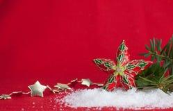 Orament de la estrella de la Navidad en fondo rojo Fotografía de archivo libre de regalías