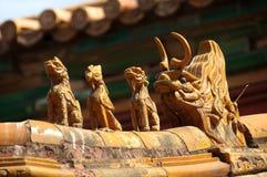 Oranate ceramische cijfers aangaande het dak van de Verboden Stad, Beiji Stock Afbeeldingen