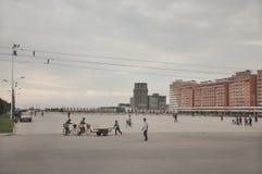09/01/2018, Orang, Север-Корея: Большая городская площадь всегда кажется маленьким overscaled в Корейской Северной Корее Оно обыч стоковая фотография rf