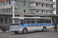 09/01/2018, Orang, Norte-Corea: Un trolebús eléctrico en la ciudad norcoreana del orang se embala con los pasajeros foto de archivo