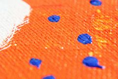 Orange Acrylfarbe mit blauem Tropfen Stockbild