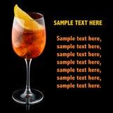 Orange alkoholcoctail med den orange skivan som isoleras på svart royaltyfri fotografi