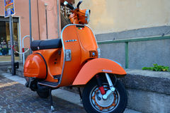 Orange alter Piaggo-Vespa Lizenzfreies Stockfoto