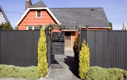 Orange altes Haus mit hohem Zaun lizenzfreies stockbild