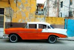 Orange amerikansk gammal bil royaltyfri fotografi