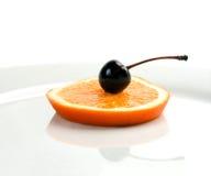 Orange&cherry em uma placa Imagens de Stock