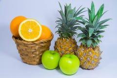 Orange ananasäpplefrukt på vit bakgrund Arkivbild