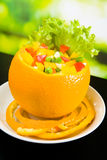 Orange angefüllt durch Salat Stockfotos