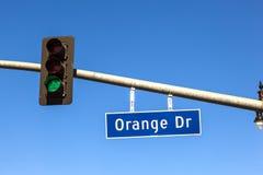 Orange Antrieb des berühmten Straßenschildes mit grüner Ampel Stockfoto
