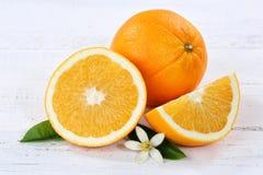 Orange apelsiner bär frukt frukter på ett träbräde Fotografering för Bildbyråer