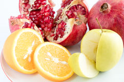 Orange, Apfel, Granatapfel auf einem weißen Hintergrund Stockfoto