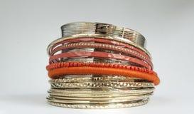 Orange Armbandsatz und glänzendes silbernes Armband Stockfoto
