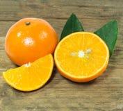 Orange auf dem Tisch Lizenzfreie Stockfotos