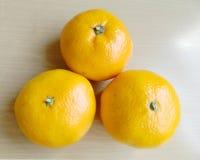 Orange auf der Tabelle Lizenzfreies Stockbild