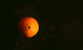 Orange auf einem dunklen Hintergrund lizenzfreies stockbild