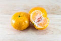Orange auf einem hölzernen Schreibtisch Lizenzfreie Stockfotografie
