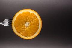 Orange auf einer Gabel lizenzfreie stockfotos