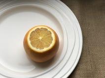 Orange auf einer weißen Platte Stockbilder
