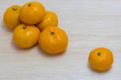 Orange auf hölzernem Hintergrund Lizenzfreies Stockfoto