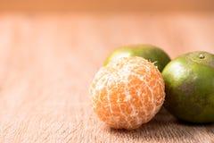 Orange auf hölzerner Tabelle Stockbild