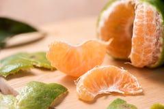 Orange auf hölzerner Tabelle Stockfoto