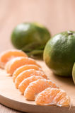 Orange auf hölzerner Tabelle Lizenzfreie Stockfotografie