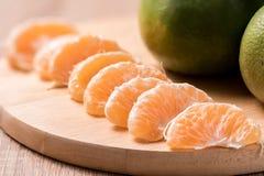 Orange auf hölzerner Tabelle Stockfotografie