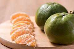 Orange auf hölzerner Tabelle Lizenzfreies Stockbild