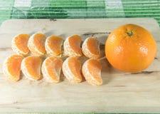 Orange auf Holzklotz Lizenzfreie Stockbilder
