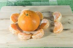 Orange auf Holzklotz Lizenzfreies Stockfoto