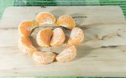 Orange auf Holzklotz Stockfotos