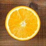 Orange auf Holztisch Lizenzfreie Stockfotografie