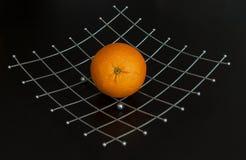 Orange auf Metallplatte auf schwarzem Hintergrund Stockfotos