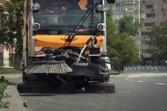 Orange Auto säubert die Straße Lizenzfreie Stockfotos