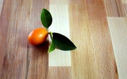 Orange avec des feuilles Photographie stock libre de droits