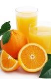Orange avec le jus d'orange et les parts de coupure Images stock