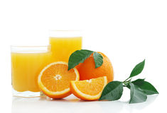 Orange avec le jus d'orange et les parts de coupure Image stock