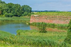 Orange Backsteinmaueransicht am See Stockbild