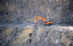Orange Bagger, Gräber in einem Granitsteinbruch Lizenzfreie Stockfotos