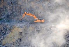 Orange Bagger, Gräber in einem Granitsteinbruch Lizenzfreie Stockbilder