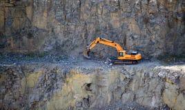 Orange Bagger, Gräber in einem Granitsteinbruch Stockfoto