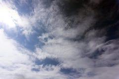 Orange bakgrund för molnig himmel inget purpurfärgad stråle royaltyfri foto