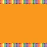 Orange bakgrund med den färgrika färgpennagränsen Arkivbilder